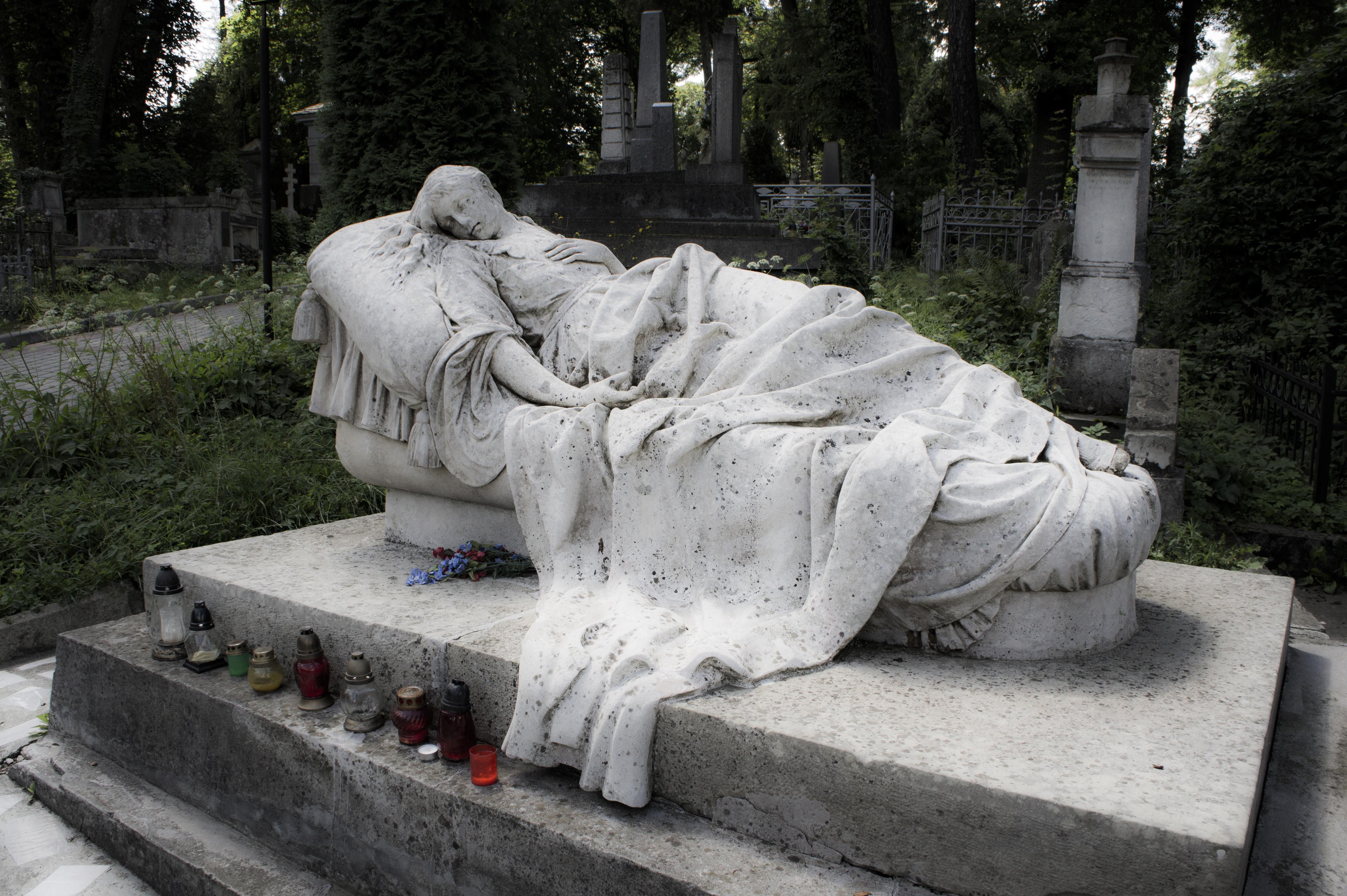 https://upload.wikimedia.org/wikipedia/commons/a/a5/Lychakiv_Cemetery_%28Lviv%29.JPG