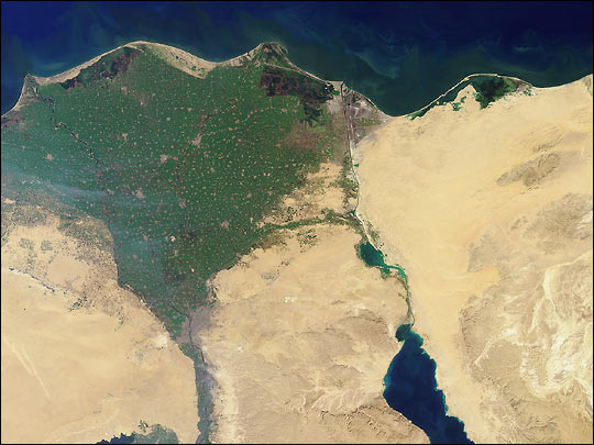 Image satellite de l'isthme de Suez traversé par le canal avec le delta du Nil sur la gauche.