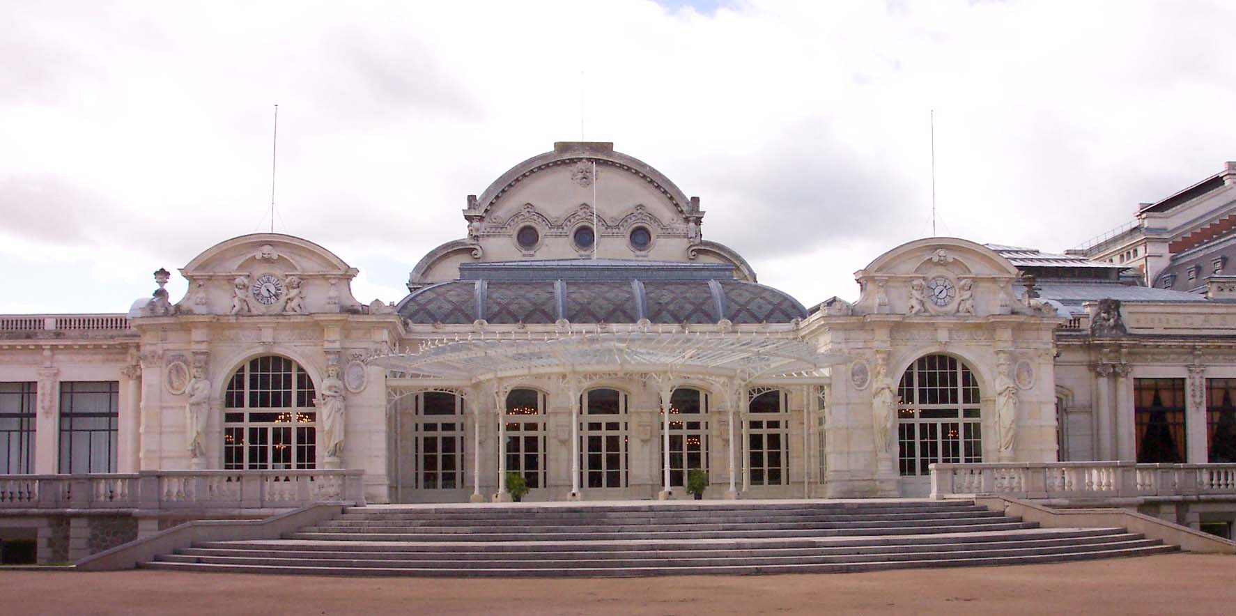 http://upload.wikimedia.org/wikipedia/commons/a/a5/Palais_des_Congr%C3%A8s_Vichy.jpg