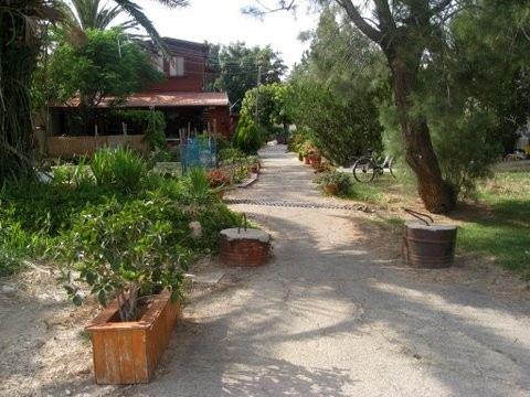 File:PikiWiki Israel 6674 a nice place in the kibbutz.jpg ... Pictures Kibbutz Hahotrim