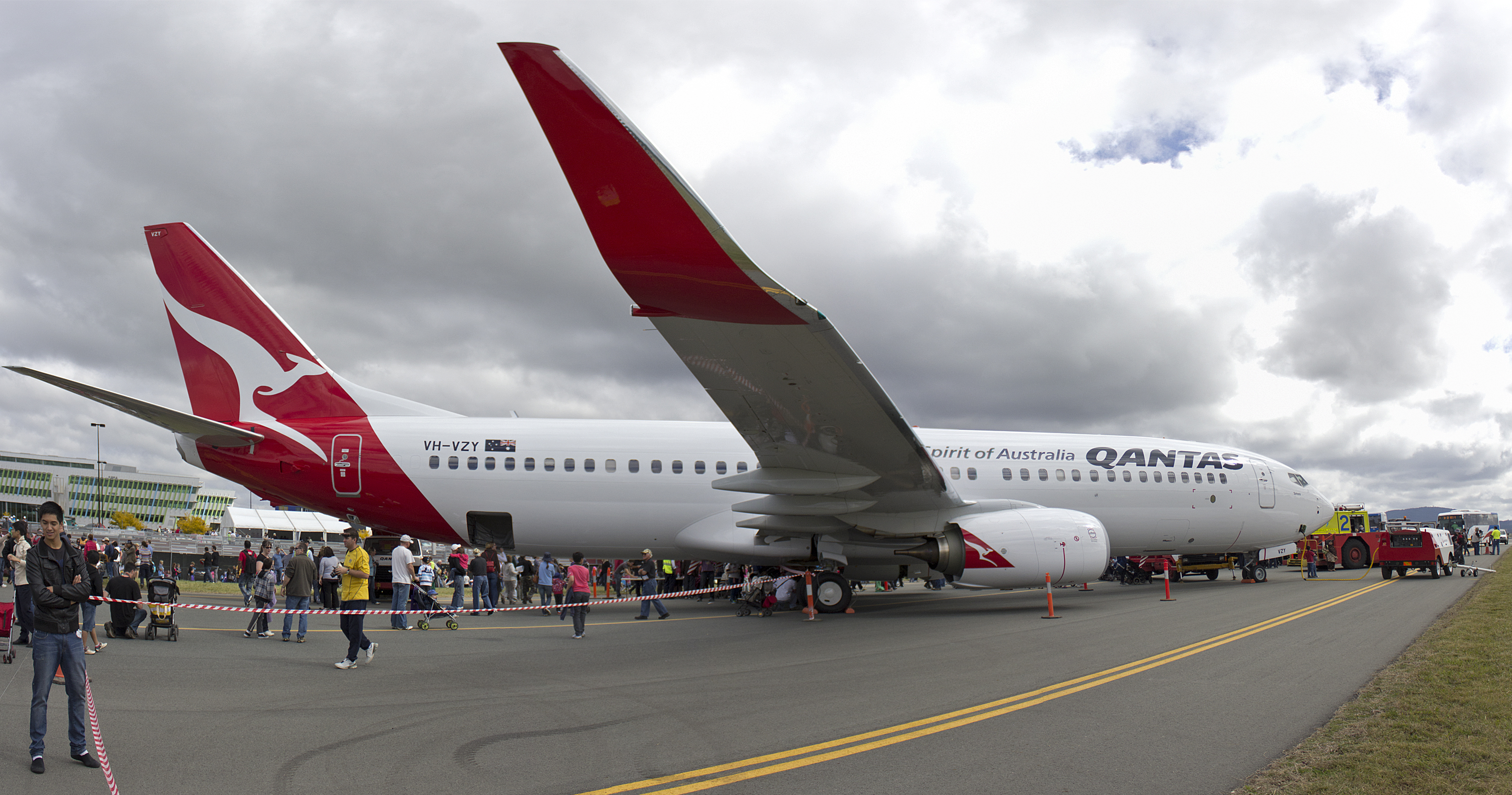 File:Qantas (VH-VZY) Boeing 737-838 (WL) at the Canberra Airport open ...