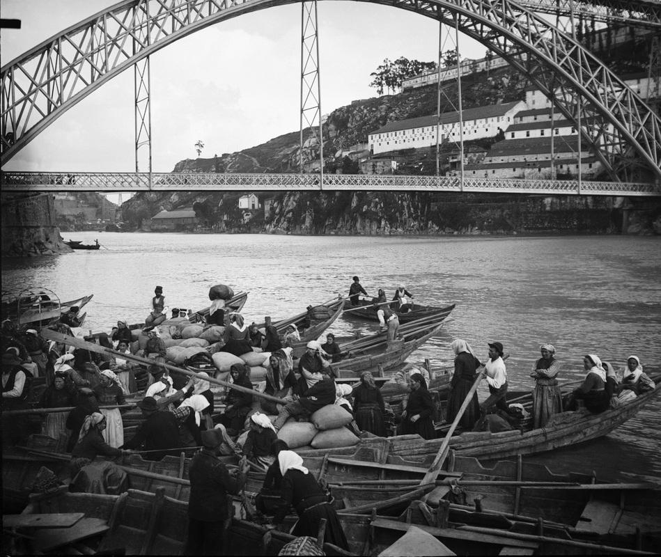 Barges à quai de Cais da Ribeira à Porto vers 1930 - Photo de  Aurélio Paz dos Reis