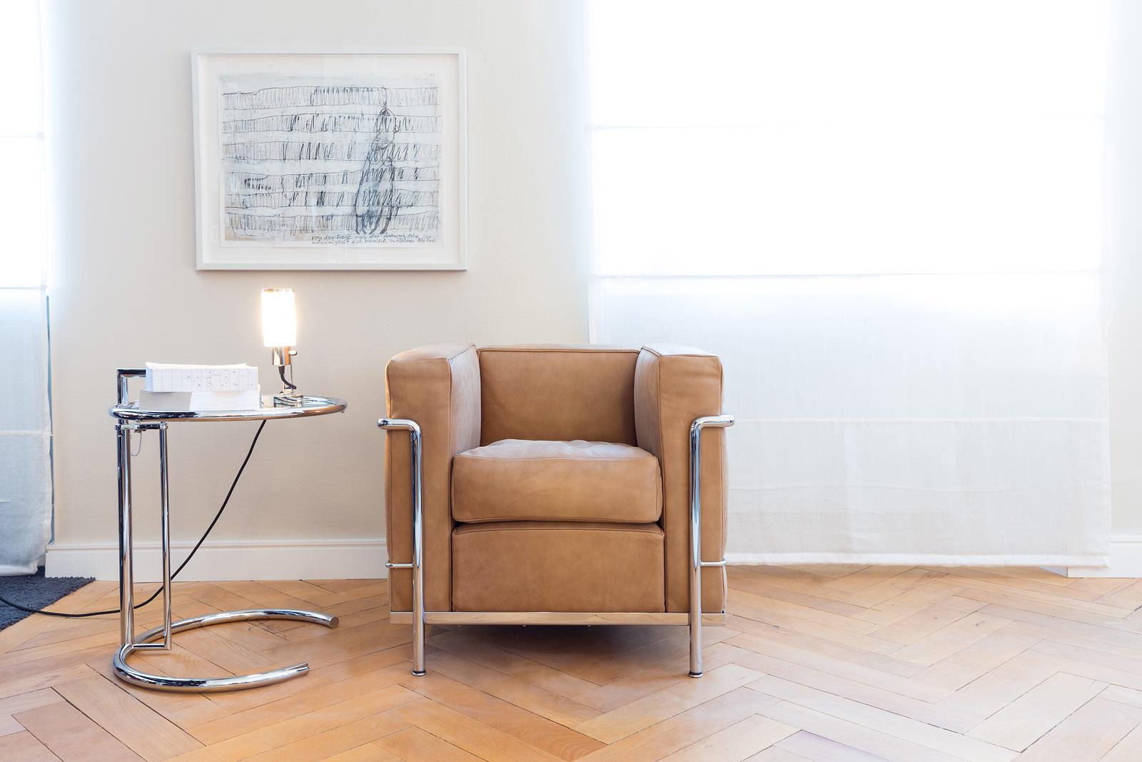 Der Sessel LC2 In Neuauflage Von Cassina S.p.A., 1978. In Zusammenarbeit  Von Le Corbusier ...