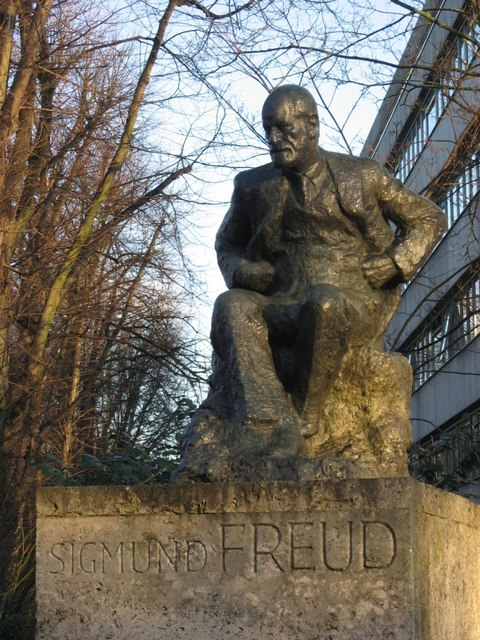 Photograph of a statue of Sigmund Freud