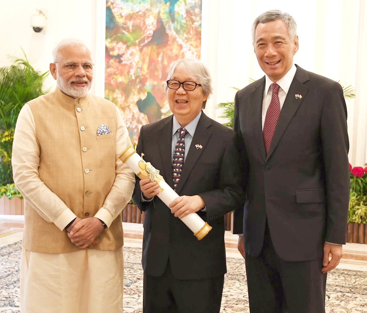 The_Prime_Minister%2C_Shri_Narendra_Modi_handing_over_the_Padma_Shri_Award_to_veteran_Singaporean_diplomat_Tommy_Koh%2C_at_Istana_-_Presidential_Palace%2C_in_Singapore.JPG