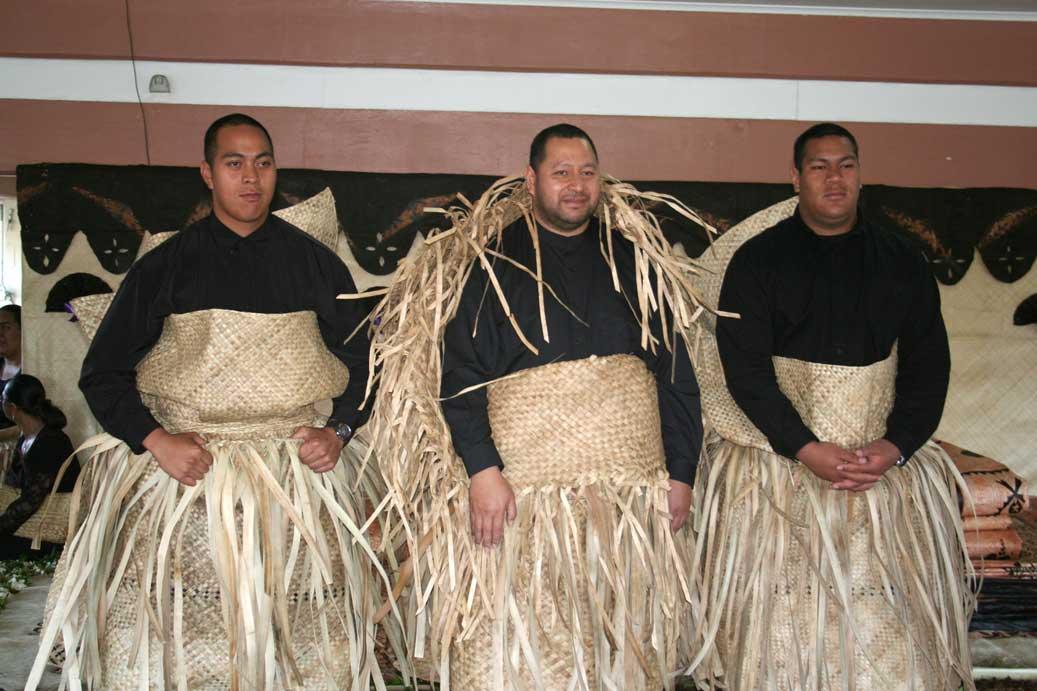 Nový král Tupou VI (uprostřed) se svými syny v tradičním smutečním oděvu
