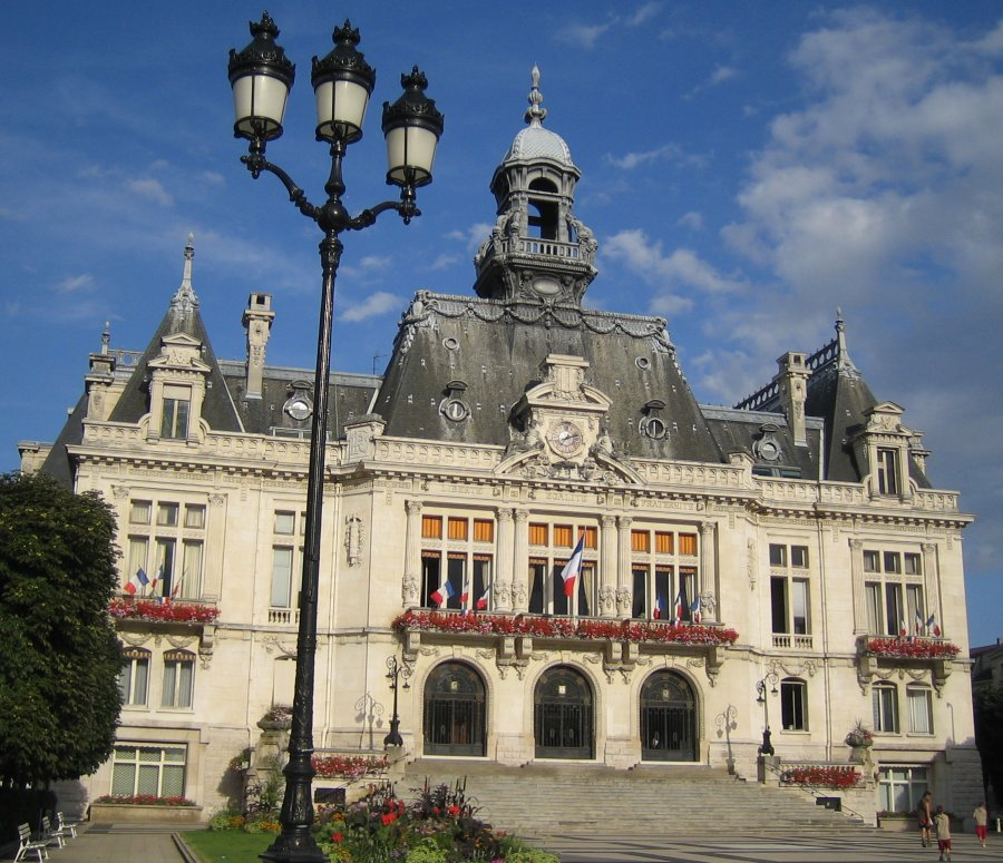 http://upload.wikimedia.org/wikipedia/commons/a/a5/Vichy-hoteldeville.jpg