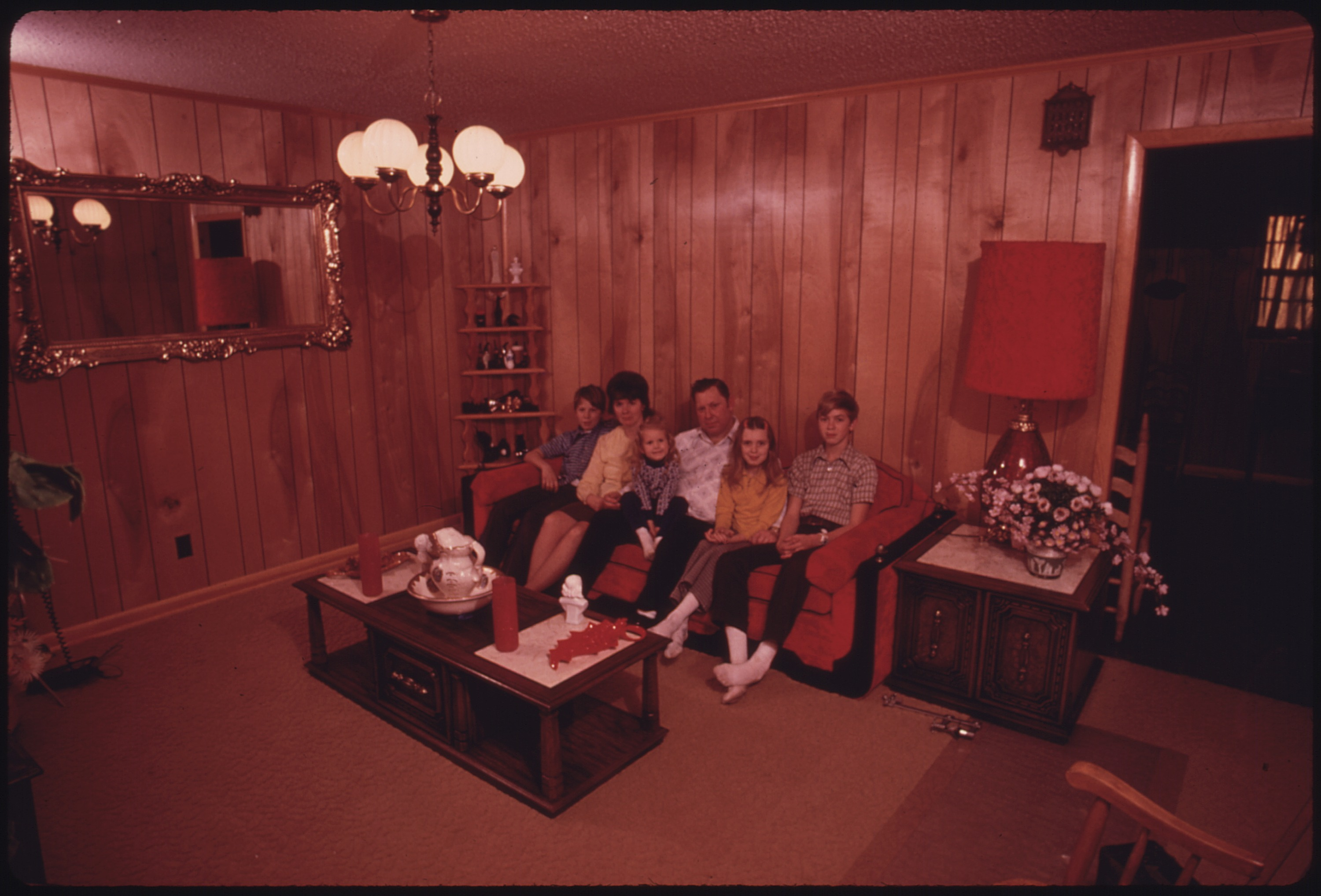 File wayne gipson family in the living room of the house for Interieur 70 jaren