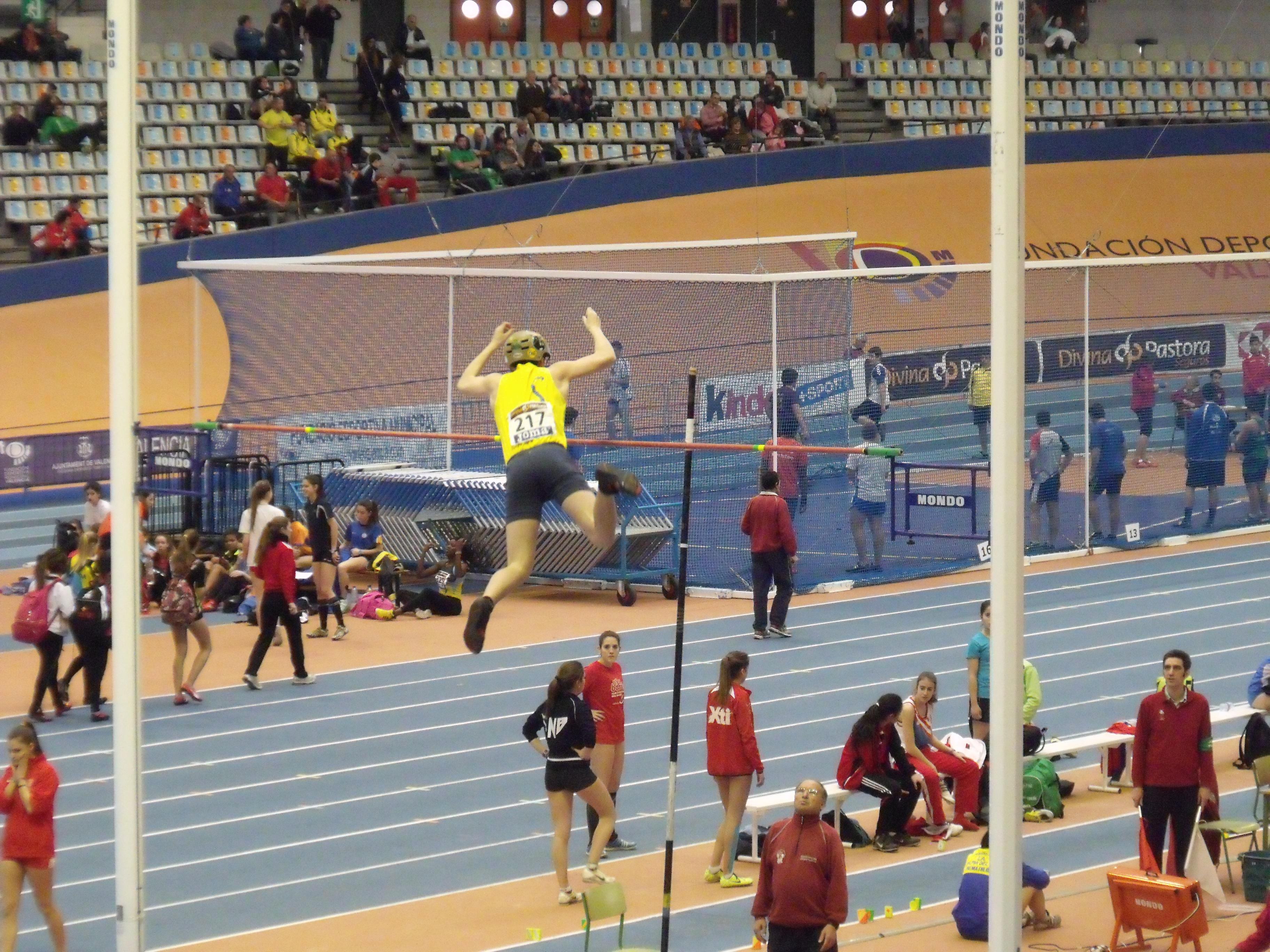 [ Salto con pértiga durante los campeonatos. Fotografía de 19Tarrestnom65, bajo licencia CC-BY-SA 3.0 ]
