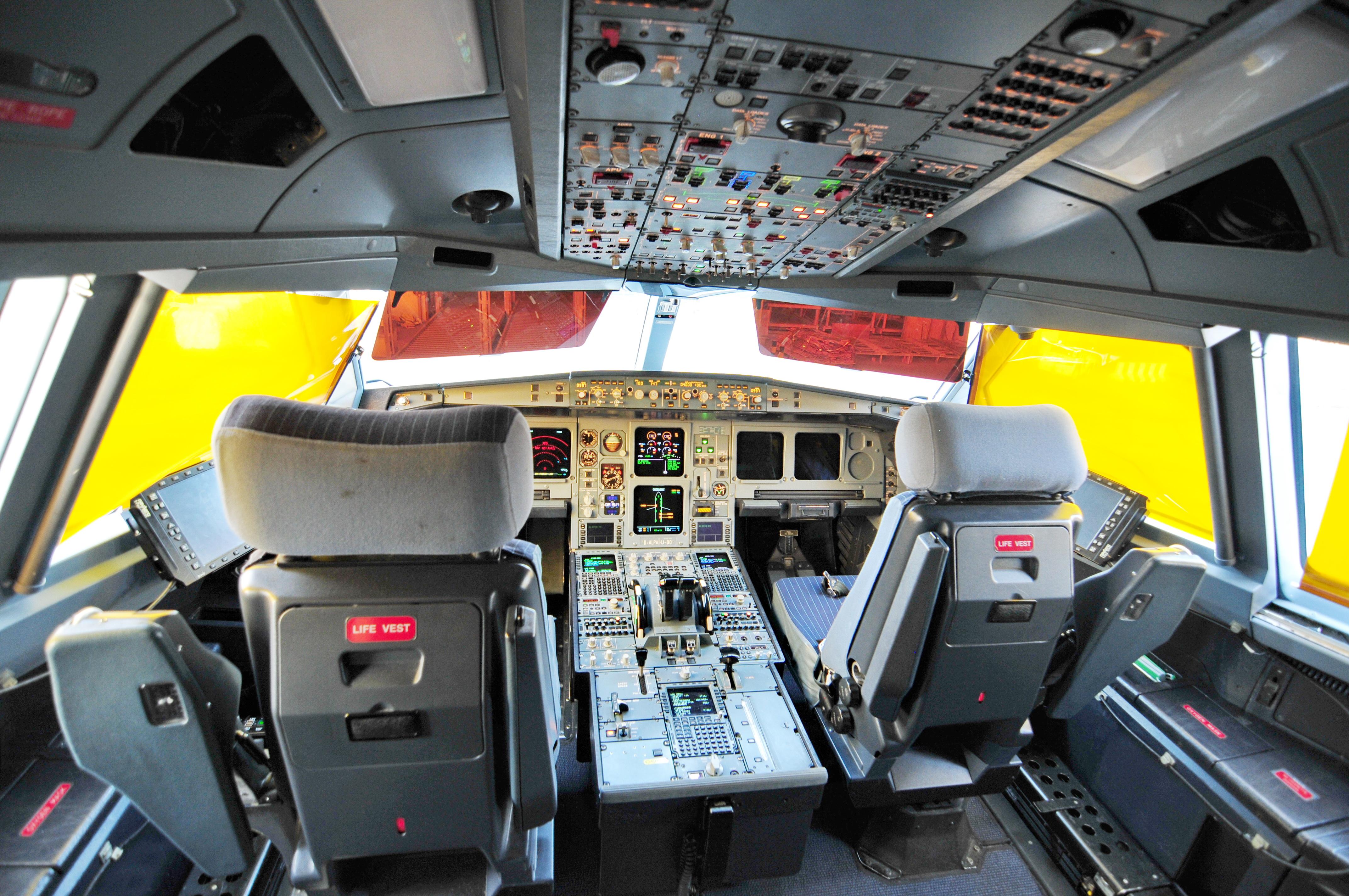 Datei 13 08 06 cockpit d alpa a330 wikipedia for Cabina di 300 piedi quadrati