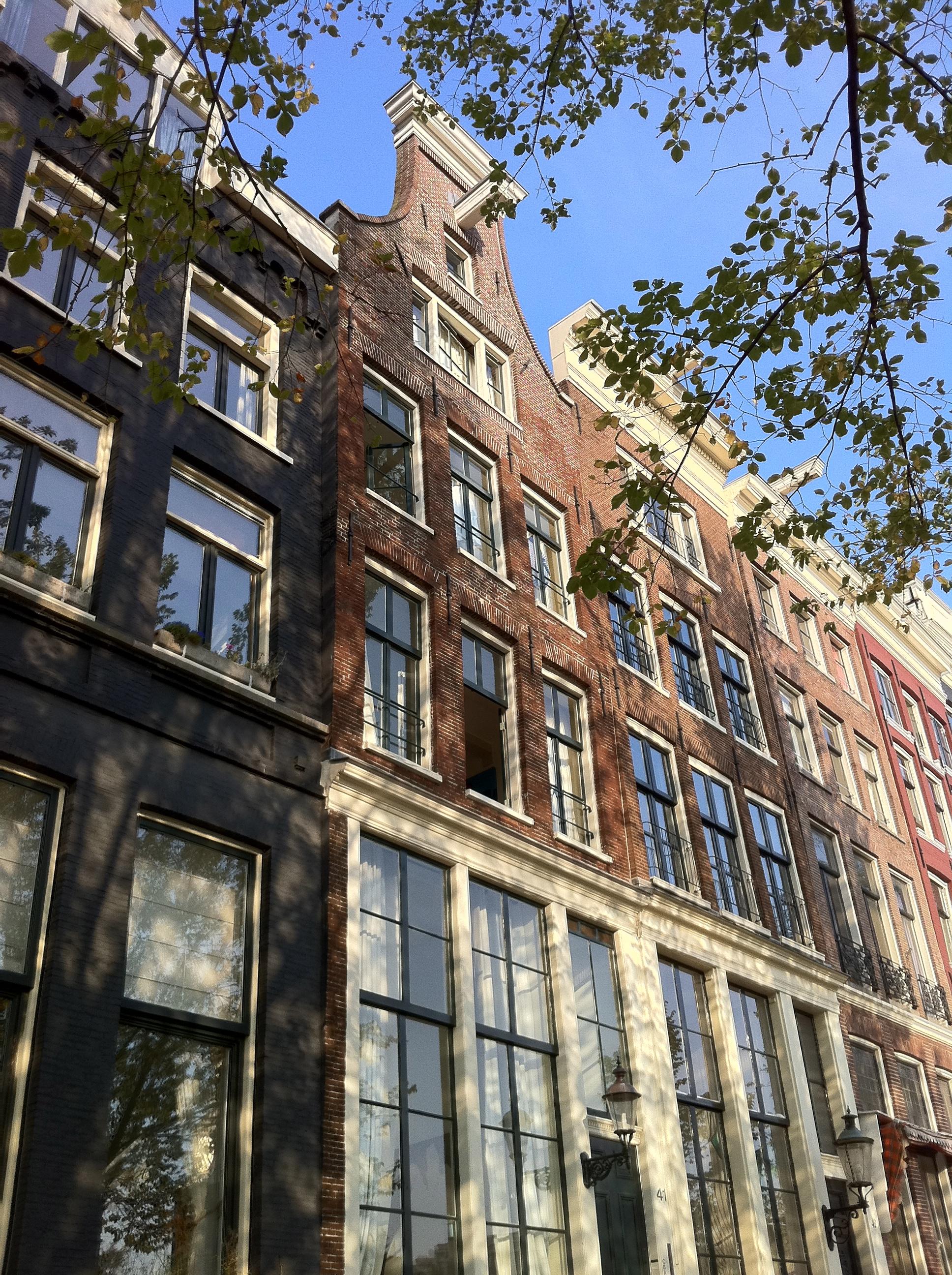 Huis met gevel onder ingezwenkte hals met toplijstje in amsterdam monument - Huis gevel ...