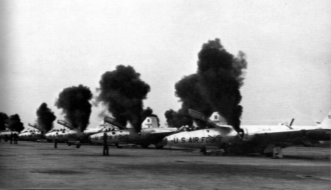 https://upload.wikimedia.org/wikipedia/commons/a/a6/B-57B_Canberras_start_engines_at_Da_Nang_c1965.jpg