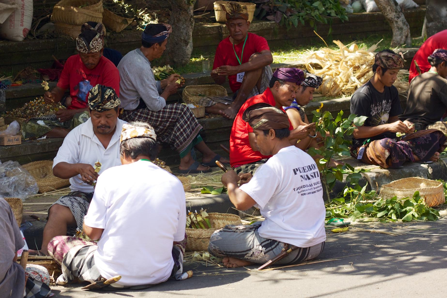 File:Bali 051 - Ubud - making offerings.jpg - Wikimedia ...