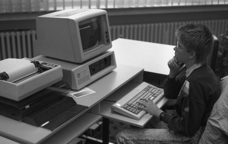 File:Bundesarchiv B 145 Bild-F077869-0042, Jugend-Computerschule mit IBM-PC.jpg