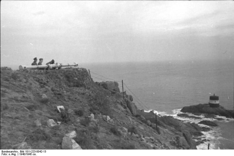 Bundesarchiv Bild 101I-223-0042-13, Guernsey, Entfernungsmessgerät auf Klippe