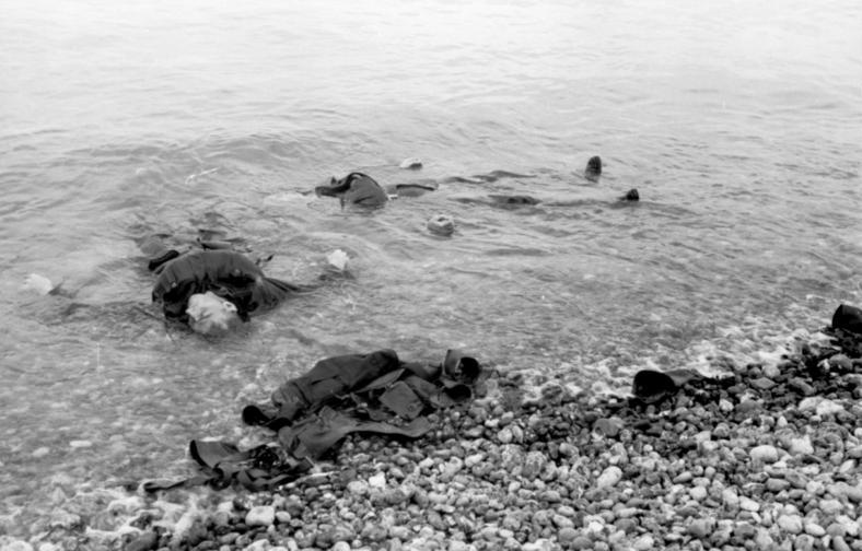 File:Bundesarchiv Bild 101I-291-1206-13, Dieppe, Landungsversuch, tote alliierte Soldaten.jpg
