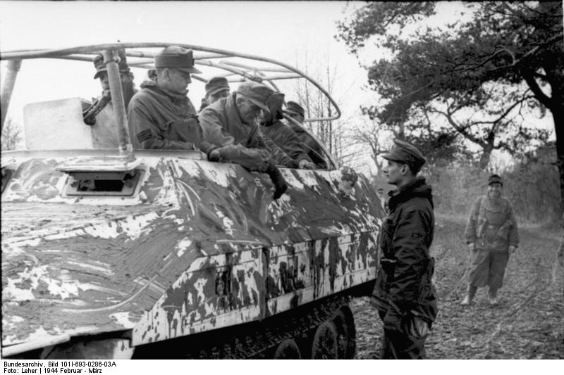 http://upload.wikimedia.org/wikipedia/commons/a/a6/Bundesarchiv_Bild_101I-693-0286-03A%2C_Russland%2C_Funkpanzerwagen%2C_Skijäger.jpg