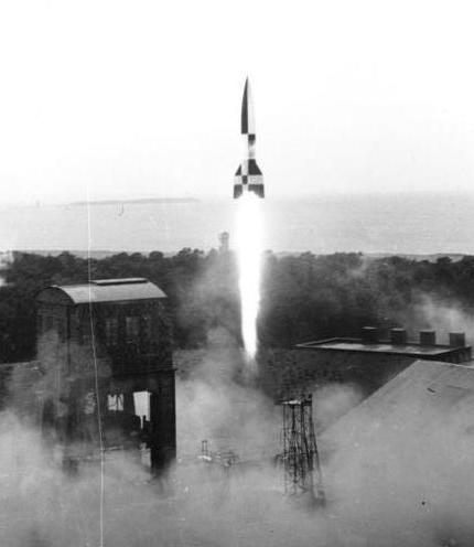 Datei:Bundesarchiv RH8II Bild-B0791-42 BSM, Peenemünde, Raketenstart (cropped).jpg