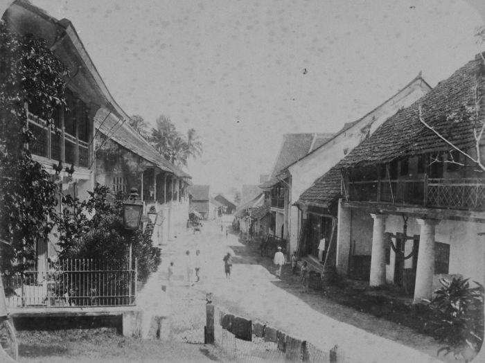 File:COLLECTIE TROPENMUSEUM Straatgezicht in een Chinese wijk te Padang of Benkoelen TMnr 60042949.jpg