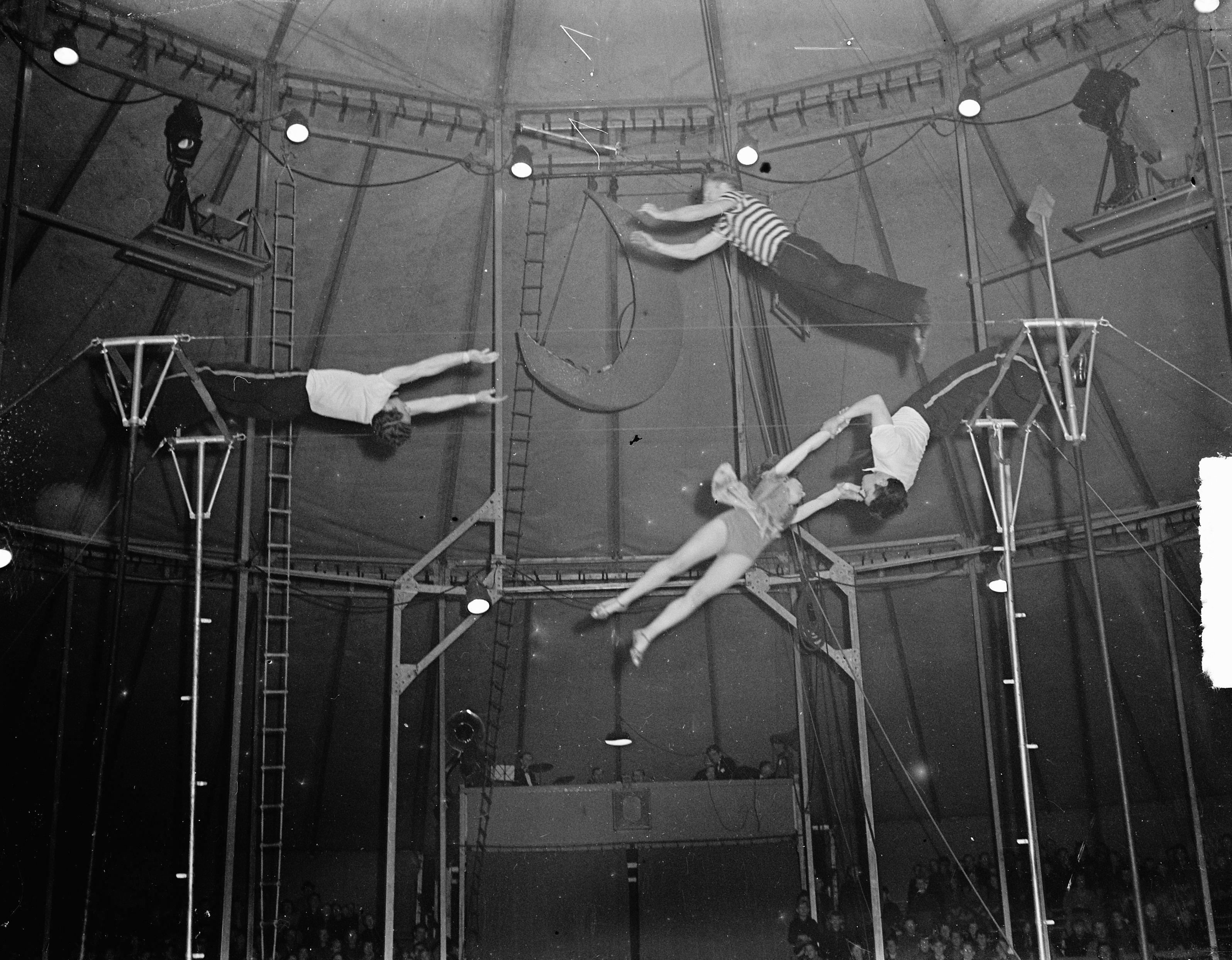 Beschrijving : Circus Mikkenie. Trampoline. The 4 Airways Datum : 28 oktober 1948 Trefwoorden : acrobatiek, circussen, trampolines Persoonsnaam : Circus Mikkenie