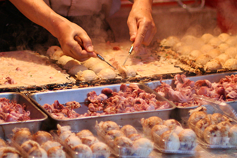 File:Cooking takoyaki by d'n'c TsurugaokaHachiman, Kamakura.jpg