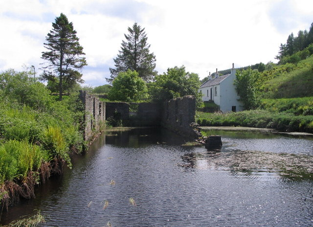 Derelict building by lock no. 9, Crinan Canal - geograph.org.uk - 828738