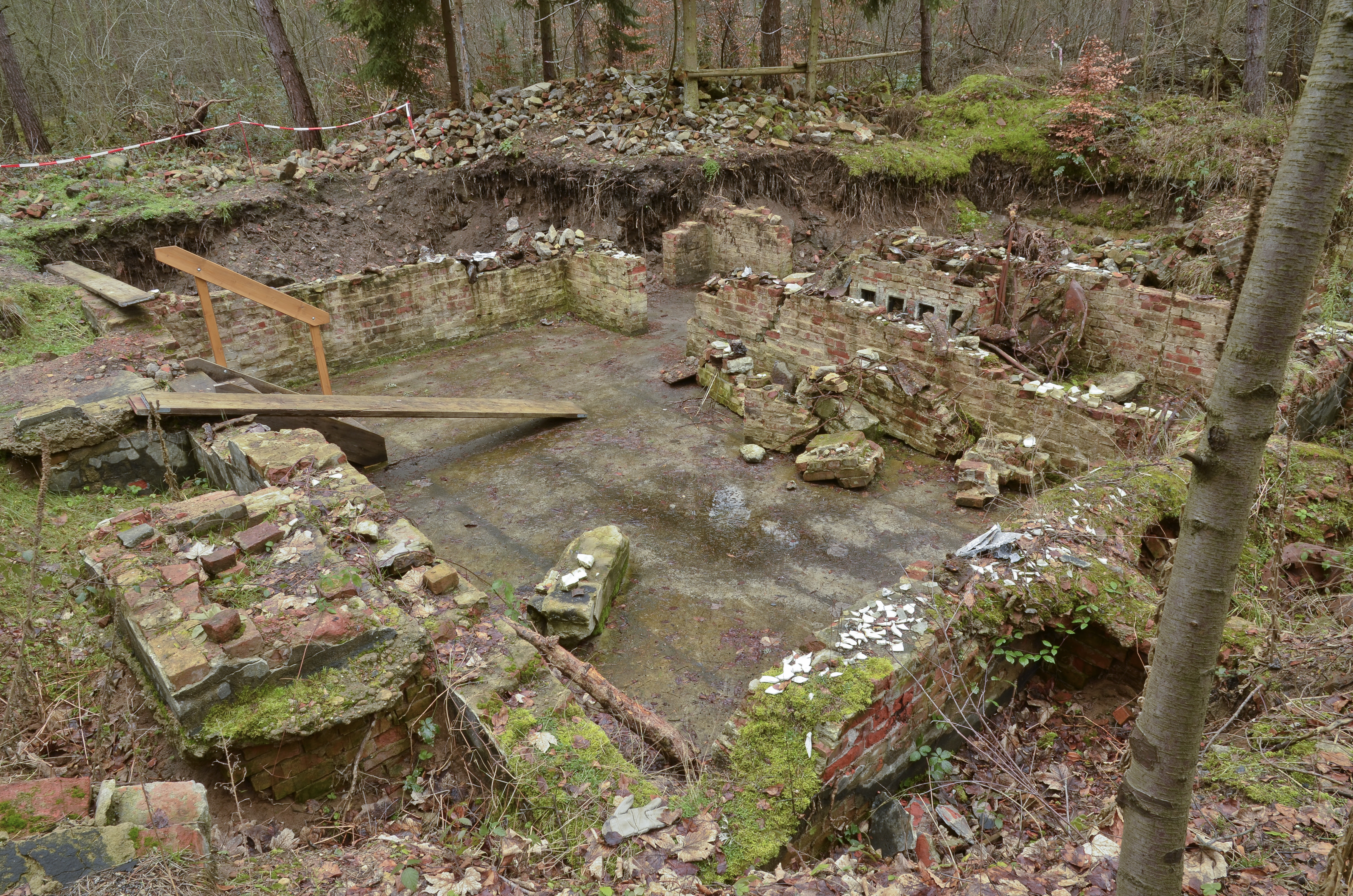 Datei:Former cellar of kitchen barrack - Nazi labour camp Walldorf ...
