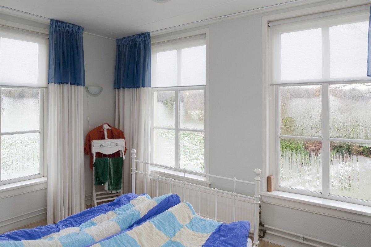 File:Interieur eerste verdieping, gedeelte slaapkamer met vensters ...