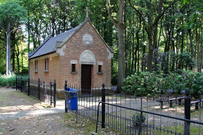 Kapel toegewijd aan Onze-Lieve-Vrouw van Zeven Smarten of Onze-Lieve-Vrouw van Salette. Gebouwd in 1882 door de heer Lievens, vergroot in 1887 en vernieuwd in 1913. Geheel hersteld in 1968 en 1976.