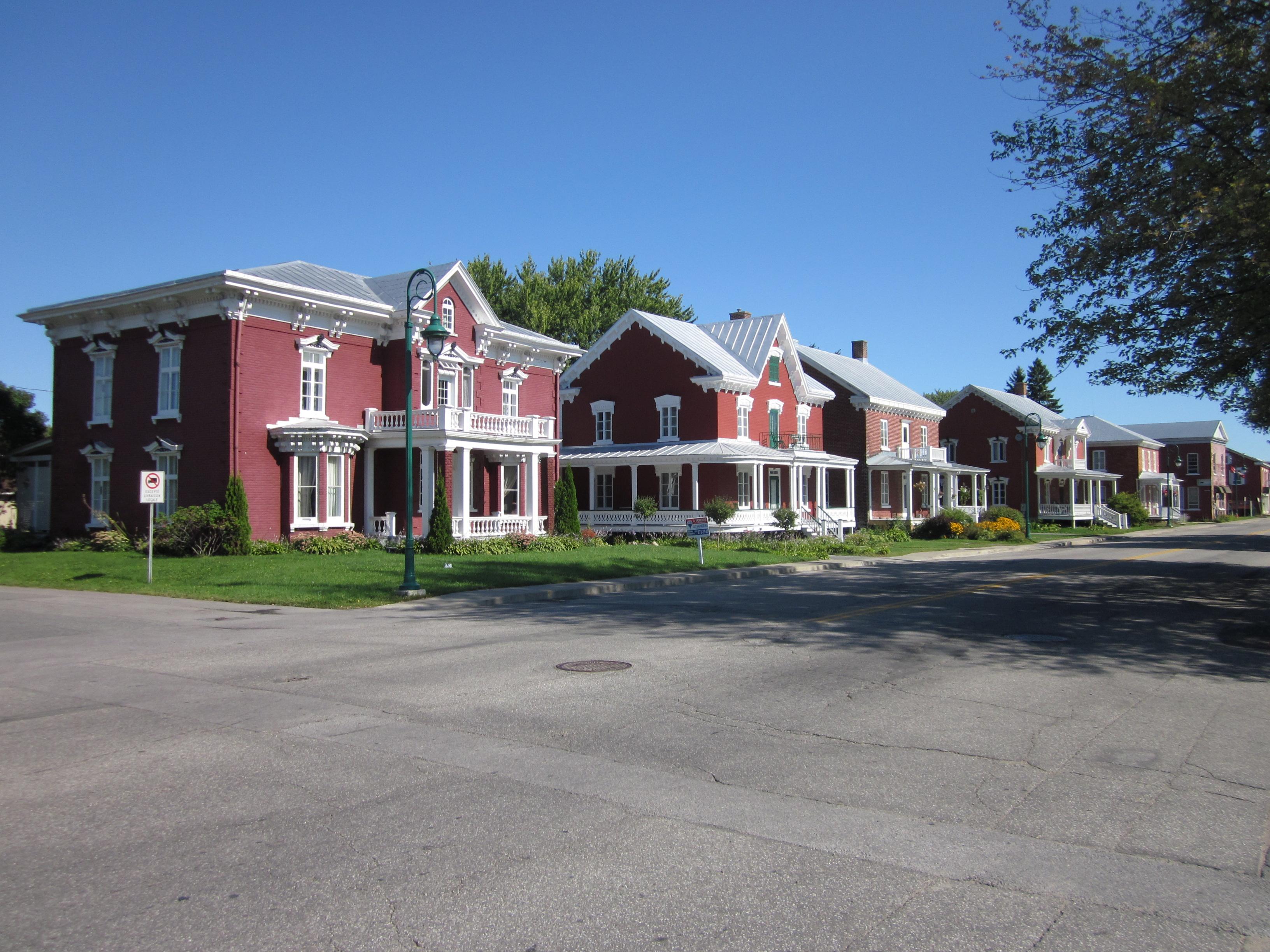 file l 39 enfilade de maisons en brique rouge de yamachiche 01 jpg wikimedia commons. Black Bedroom Furniture Sets. Home Design Ideas
