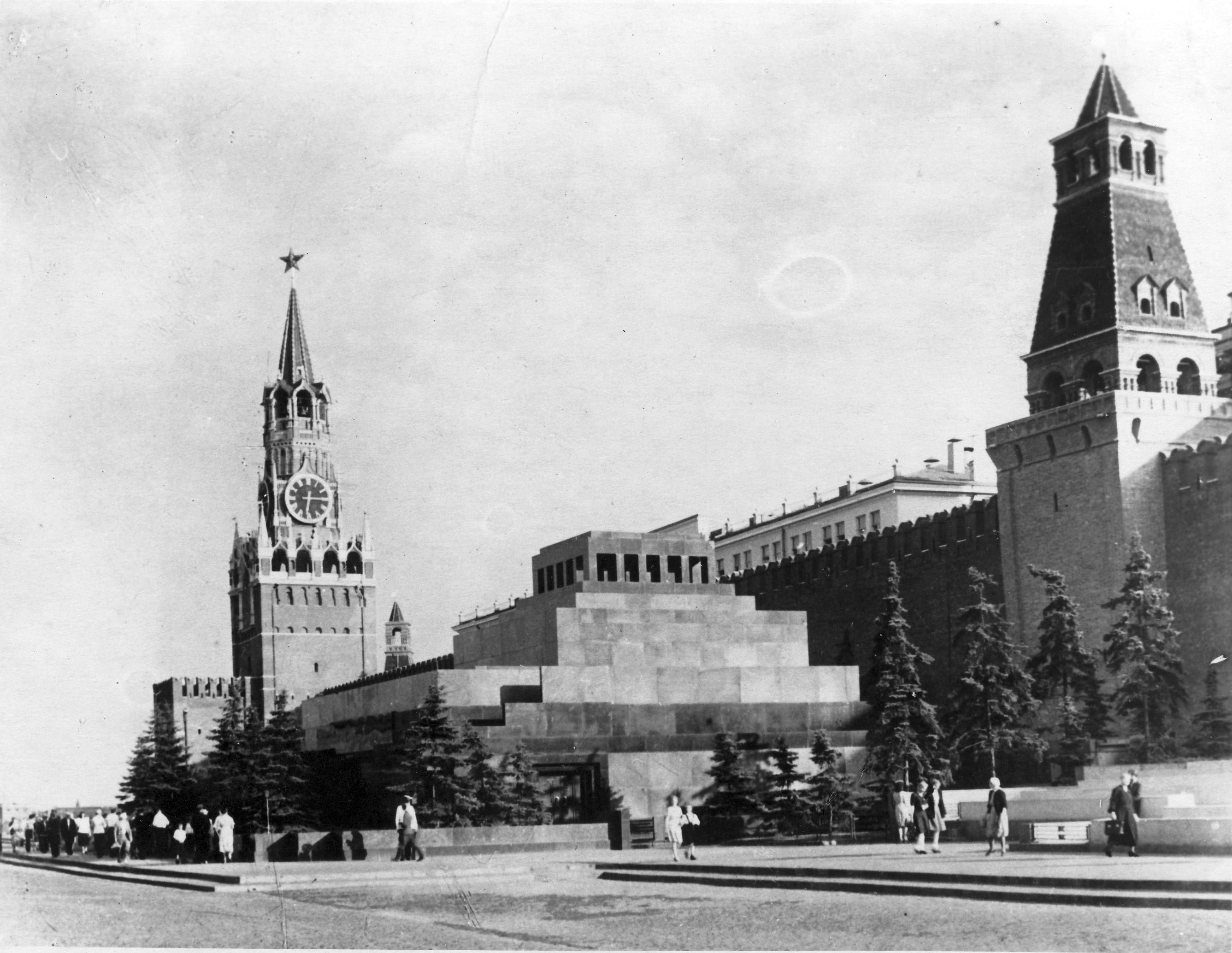 Lenin's Tomb in 1952.jpg