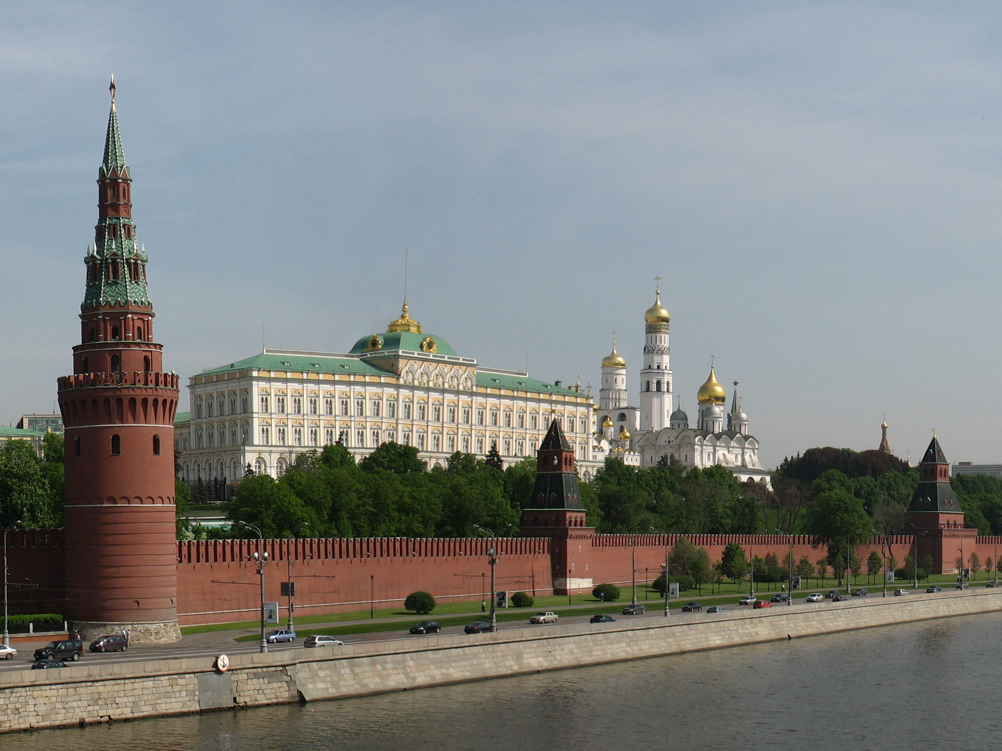 Description moscow kremlin from kamenny bridge