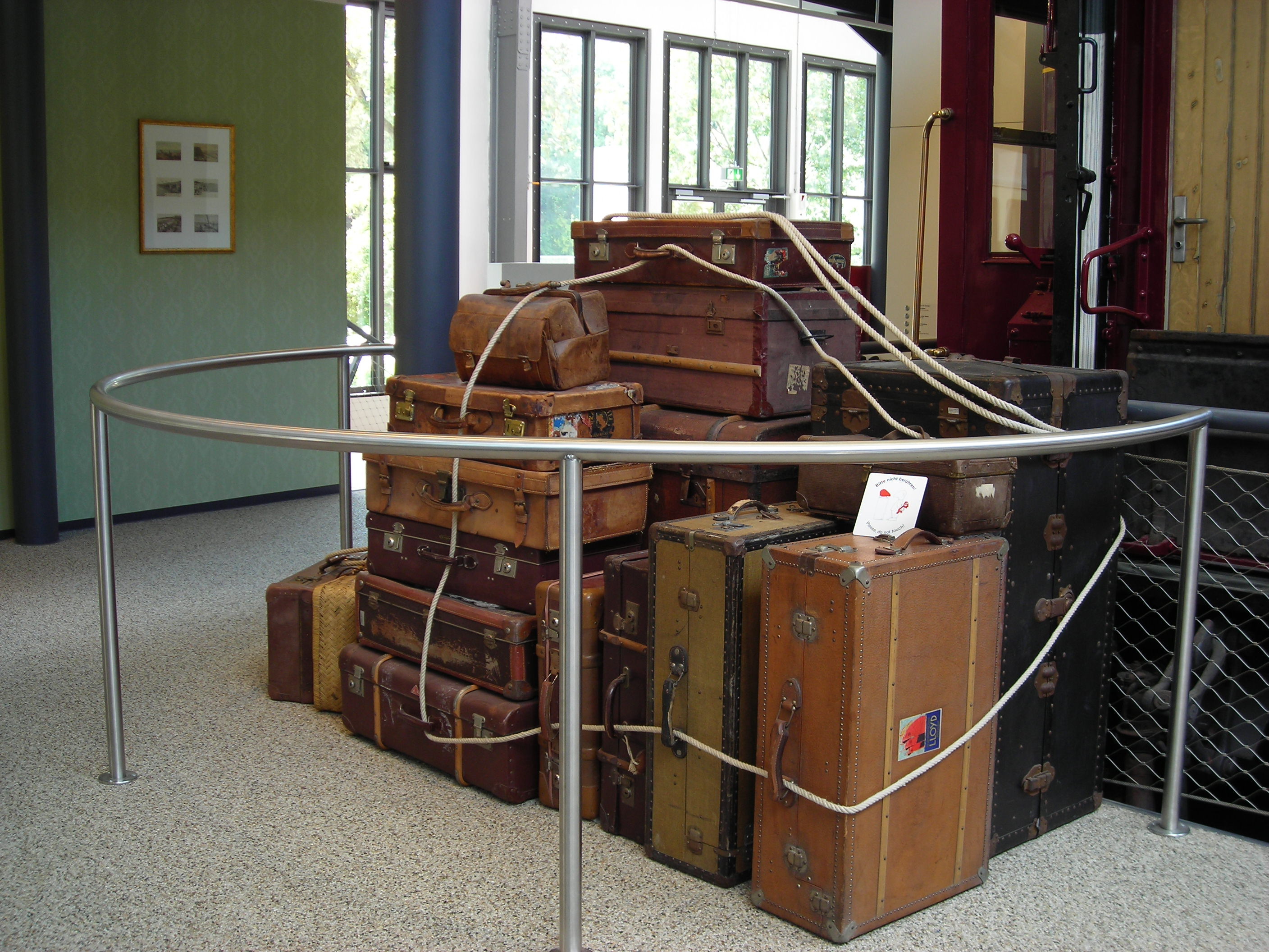 Old Suitcases Fileold Suitcasesjpg Wikimedia Commons