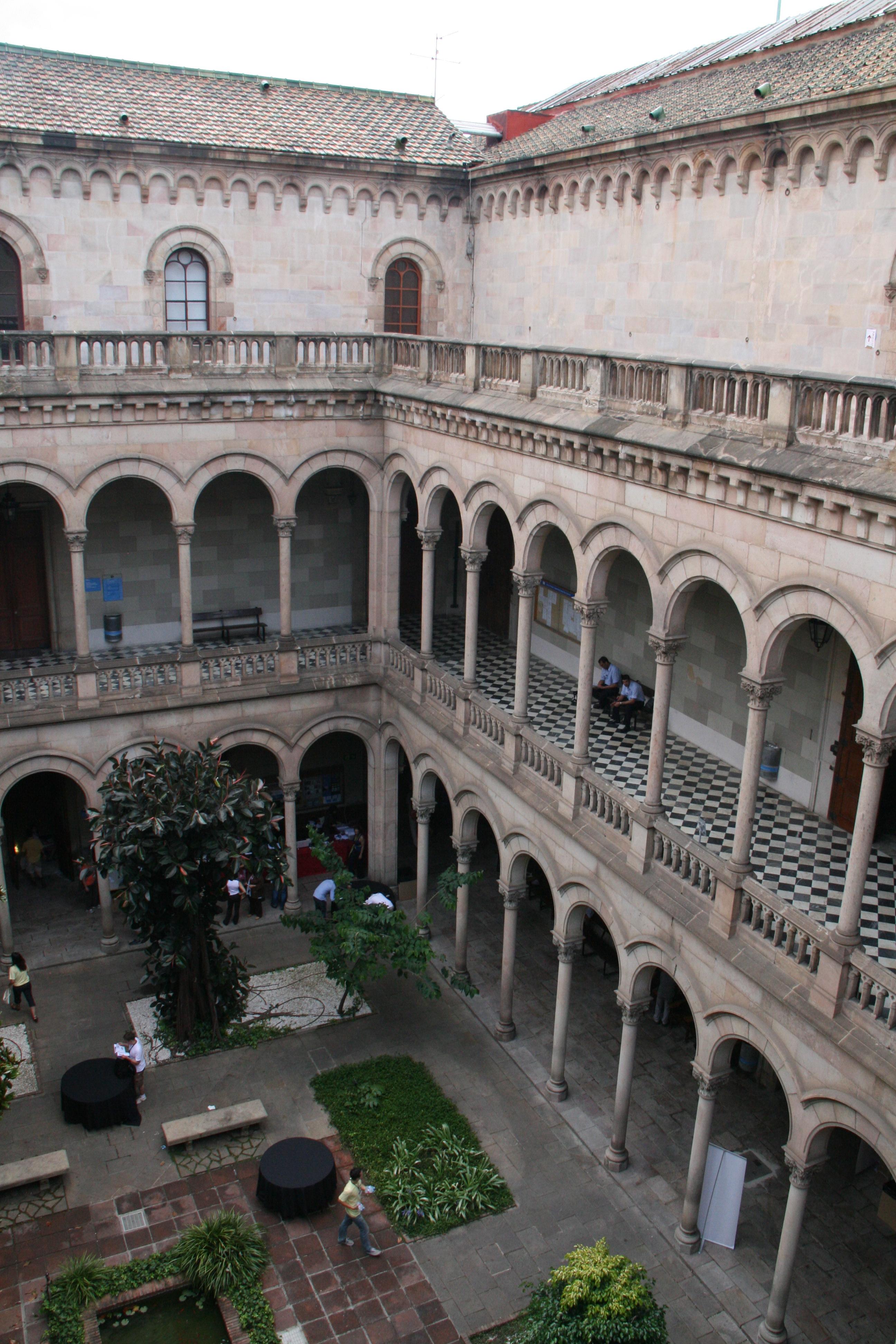 Fitxer patio interior universidad barcelona jpg for Universidad de moda barcelona