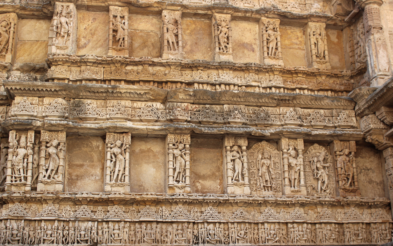 Sculptures at Rani ki Vav (16400716655).jpg