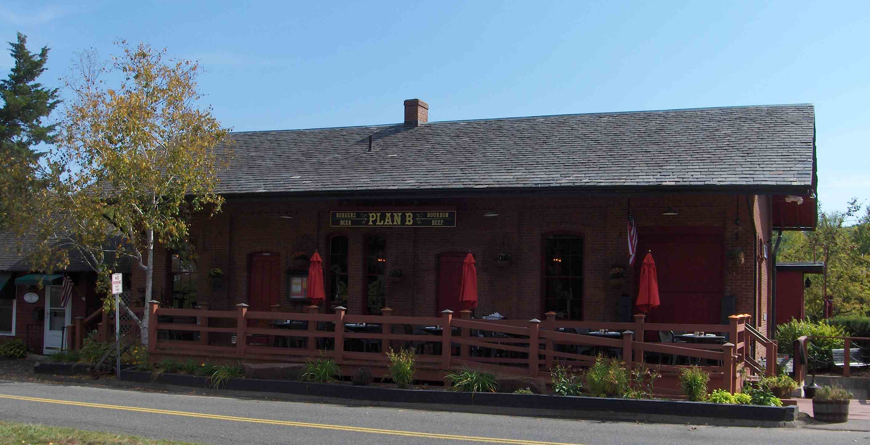 Simsbury Railroad Depot - Wikipedia on warehouse house plans, school house plans, hotel house plans, mill house plans, bank house plans, round barn house plans, library house plans, colonial house house plans, lookout tower house plans, hunting lodge house plans, church house plans,