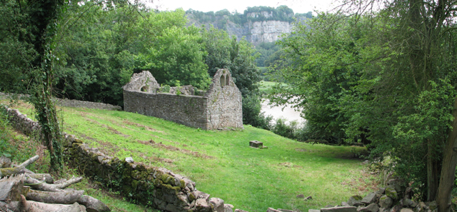 https://upload.wikimedia.org/wikipedia/commons/a/a6/The_ruined_Church_of_St_James%2C_Lancaut_-_geograph.org.uk_-_202262.jpg