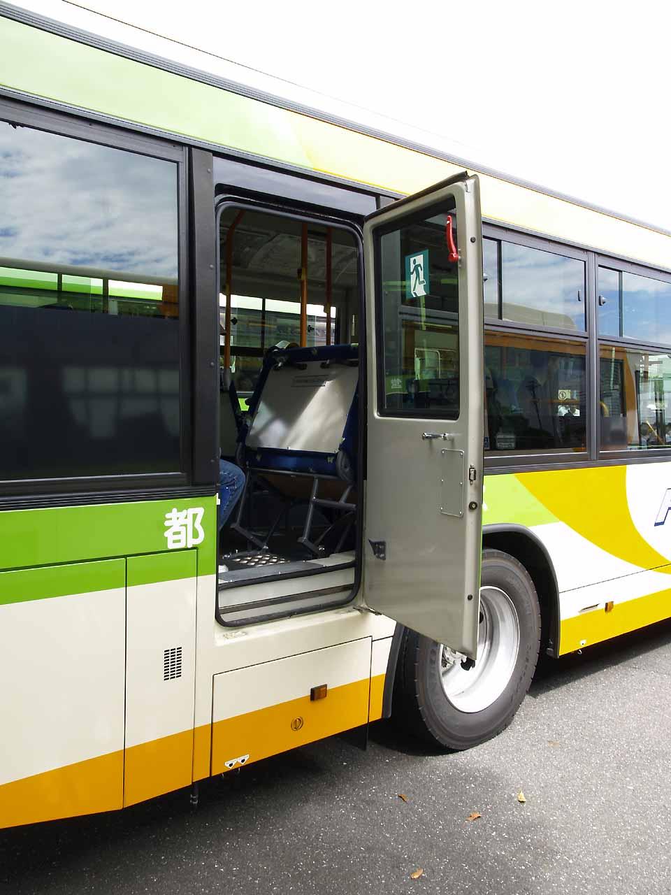 ファイル tobus b r111 emergency exit opened jpg wikipedia