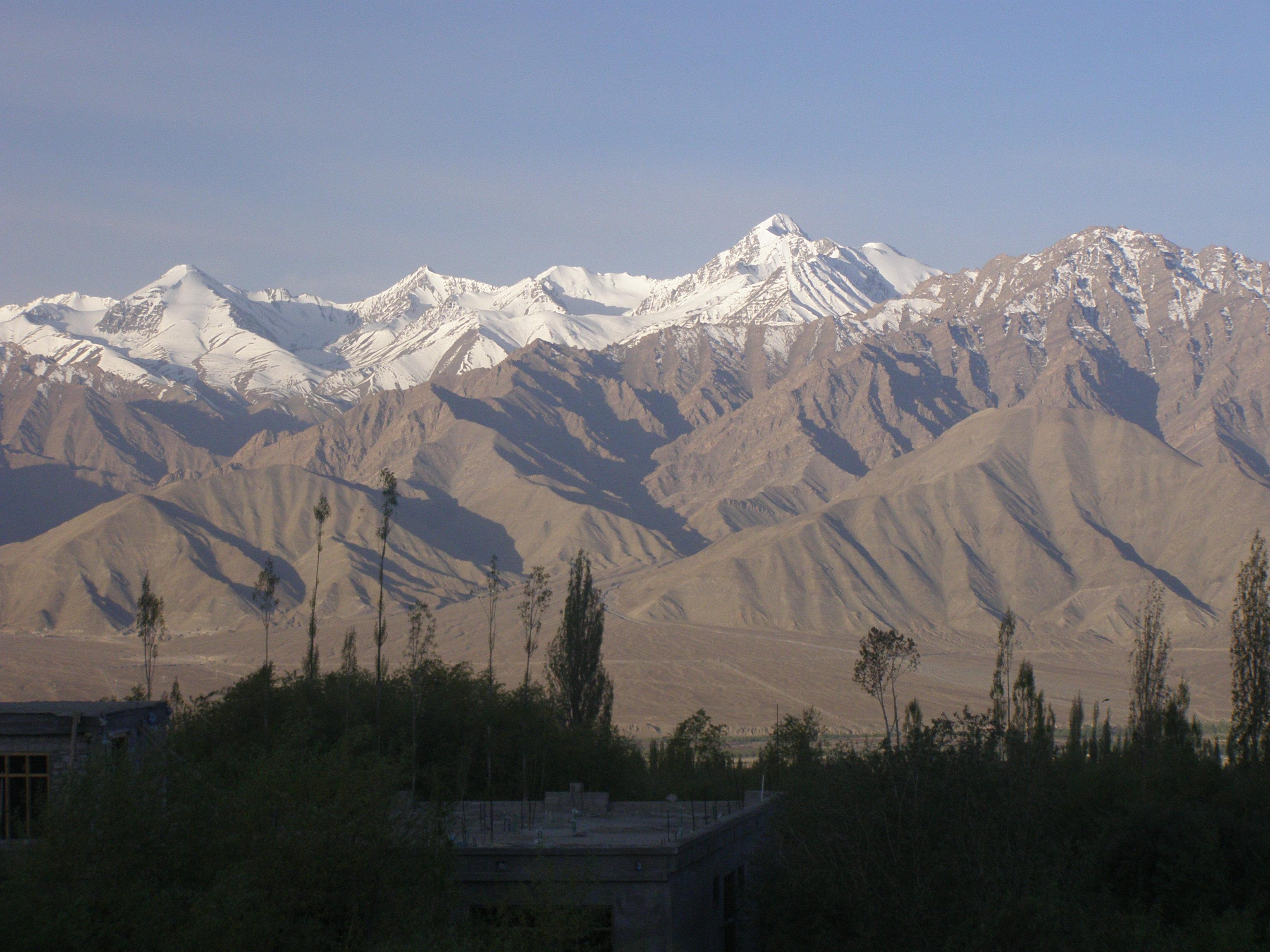 Description Zanskar range and Stok Kangri from Leh, Ladakh NW India ...: commons.wikimedia.org/wiki/File:Zanskar_range_and_Stok_Kangri_from...