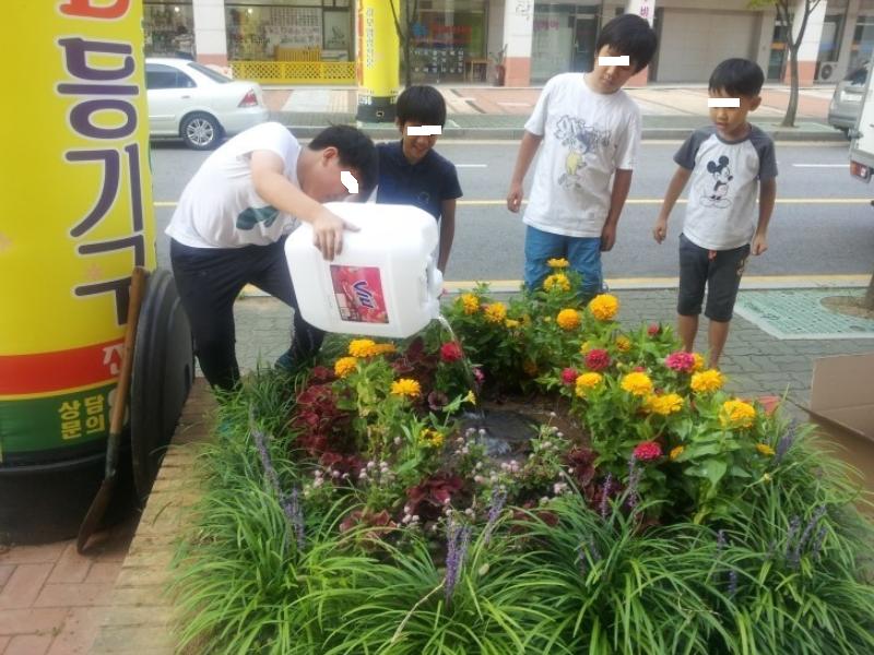 File:남자 어린이들의 게릴라 가드닝(인천 송도-2014.9.2).png