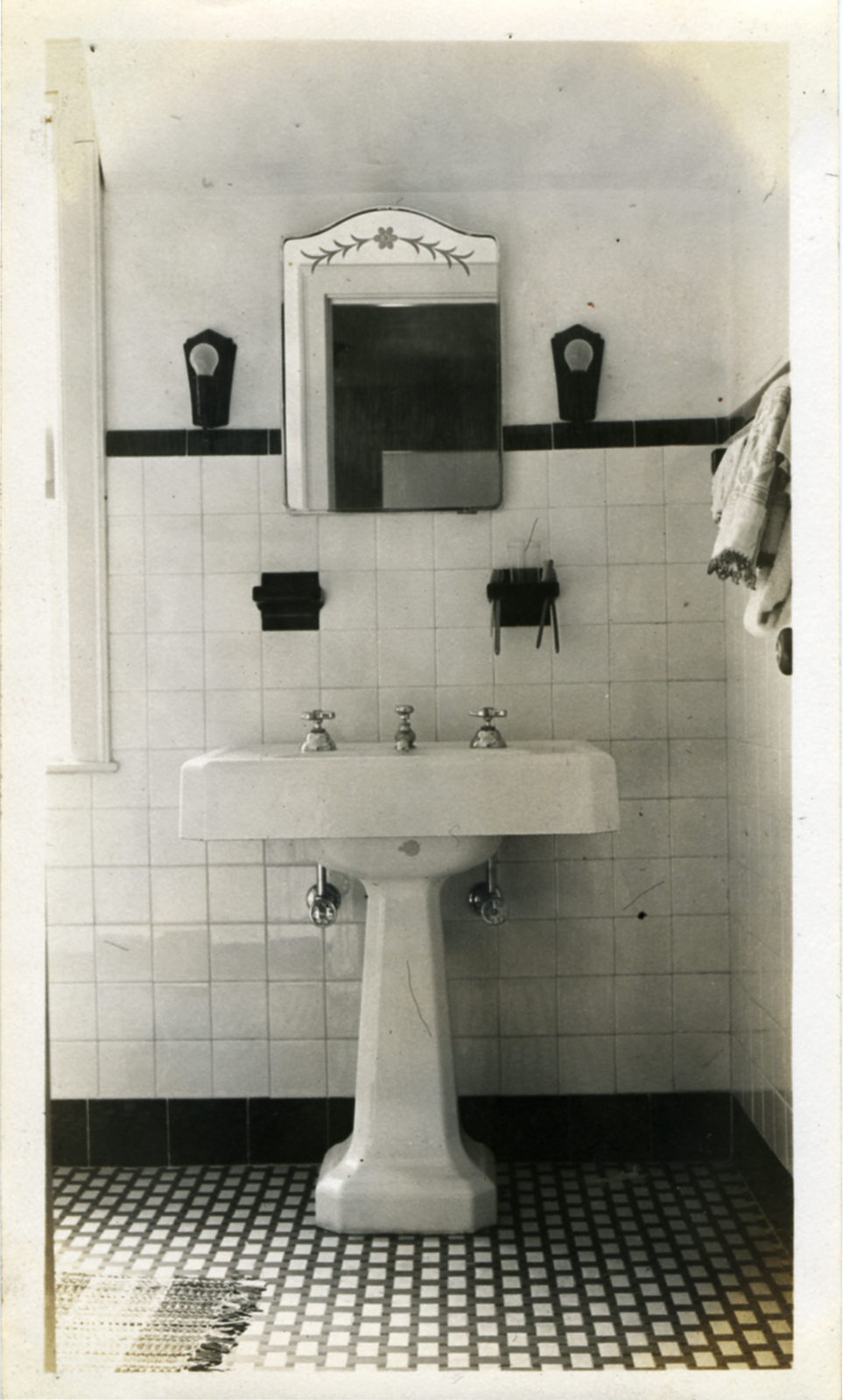 Bathroom on pinterest 1930s bathroom hex tile and tile for Small art deco bathroom ideas
