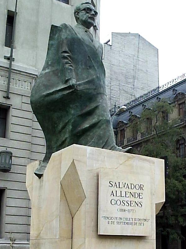 Estatua de Salvador Allende frente al Palacio de La Moneda.