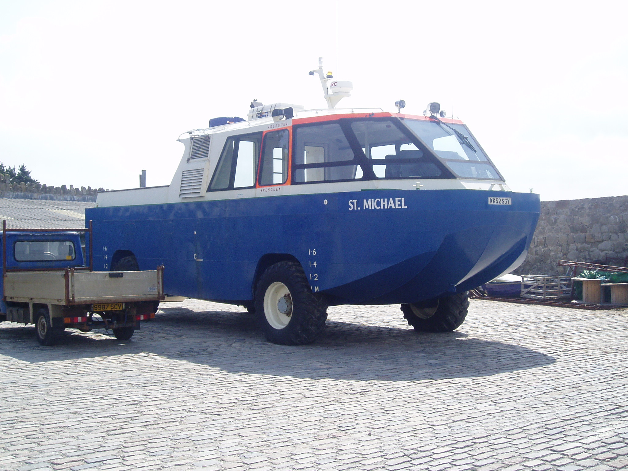 Description Amphibious rescue vehicle.jpg