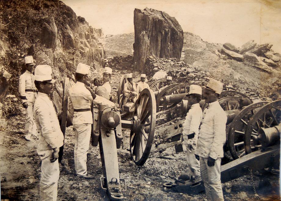 Artillería del ejército en las serranías del norte del país.