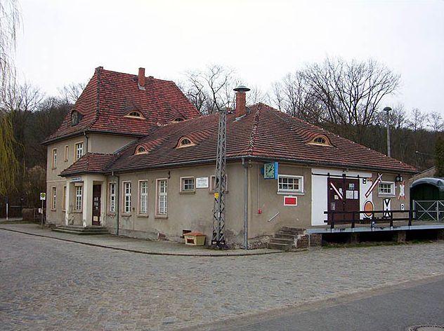Buckow: Bahnhofs-Empfangsgebäude
