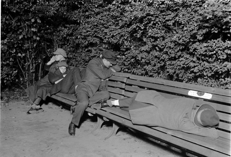 File:Bundesarchiv Bild 102-11649, Berlin, Obdachlose auf der Parkbank.jpg
