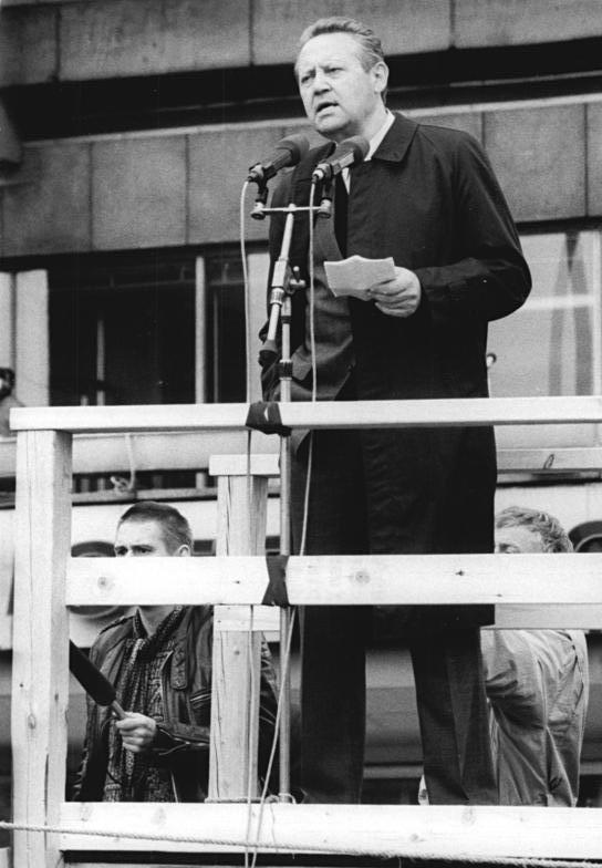 Schabowski am 4.11.89 auf dem Alex. Quelle: https://upload.wikimedia.org/wikipedia/commons/a/a7/Bundesarchiv_Bild_183-1989-1104-041%2C_Berlin%2C_Demonstration%2C_Rede_G%C3%BCnter_Schabowski.jpg