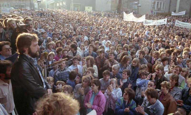 Bundesarchiv Bild 183-1989-1023-022, Leipzig, Montagsdemonstration Bundesarchiv_Bild_183-1989-1106-405%2C_Plauen%2C_Demonstration_vor_dem_Rathaus