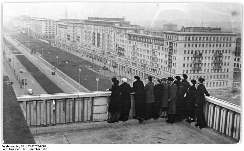Karl Marx Allee en 1953, l'avenue des privilégiés de la Nomemklatura est allemande.