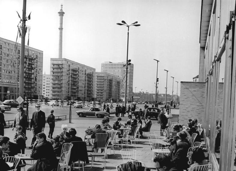 Terrasse sur la Karl Marx Allee à Berlin en 1967.